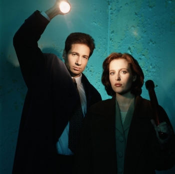 Mulder, Scully i baterlampe, foto: YouTube Screenshot